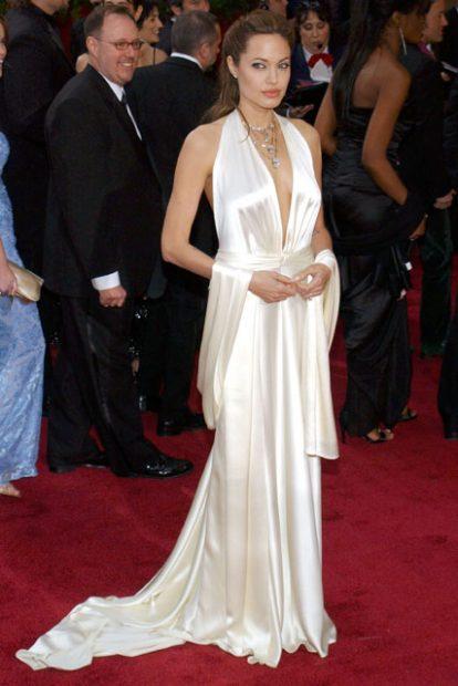Годината е 2004-а, а Анджелина Джоли все още не се е предала изцяло на черните нюанси. Тук в тоалет на Marc Bouwer.