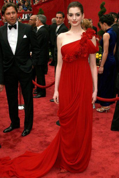 Тази рокля на Анн Хатауей дело на Marchesa ни напомня на червеното изящество на Кидман от по-рано!