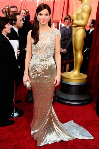 Сандра Бълок грабна престижната статуетка преди 7 години, пременена в металическа рокля на Marchesa.