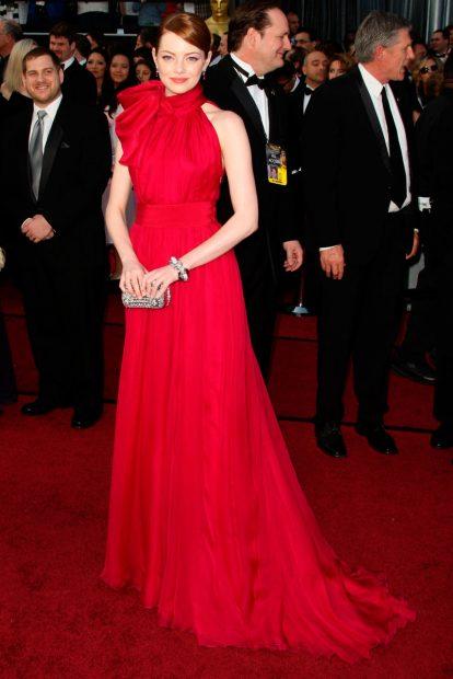 Преди пет години Ема Стоун облече рокля в цвят фукция на Giambattista Valli Haute Couture.
