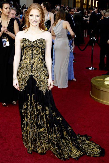 Черно и златно по дизайн на Alexander McQueen и носено от Джесика Частейн през 2012 година.