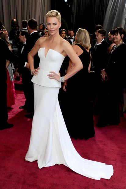 Фаталната жена в бяло! Чарлийз Терон и Dior!