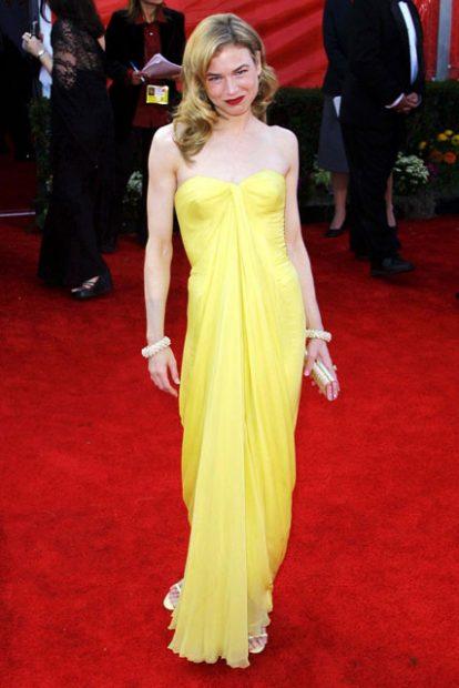 Годината е 2001, а Рене Зелуегър рискува с жълтото на червения килим, пременена в тоалет дело на Lily et Cie с привкус на винтидж Холивуд.