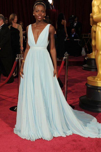 Няма как да не включим и изящната рокля на Лупита Нионго дело на модния гигант Prada!