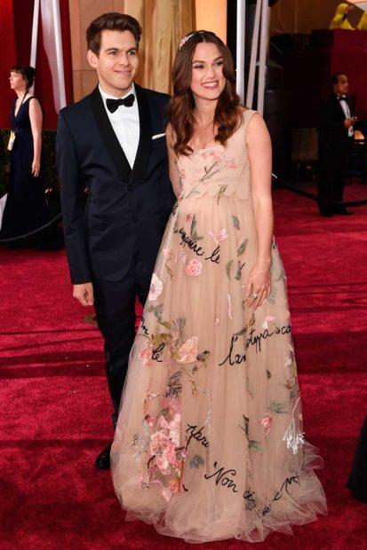 През 2015 Кийра Найтли показа бременното си коремче в романтична флорална рокля на Valentino.