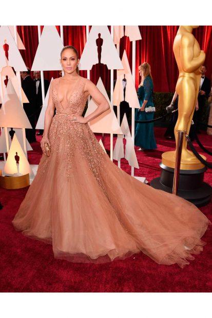 Видение! Обожаваме тази рокля на Джйе Ло с лейбъла на Elie Saab.