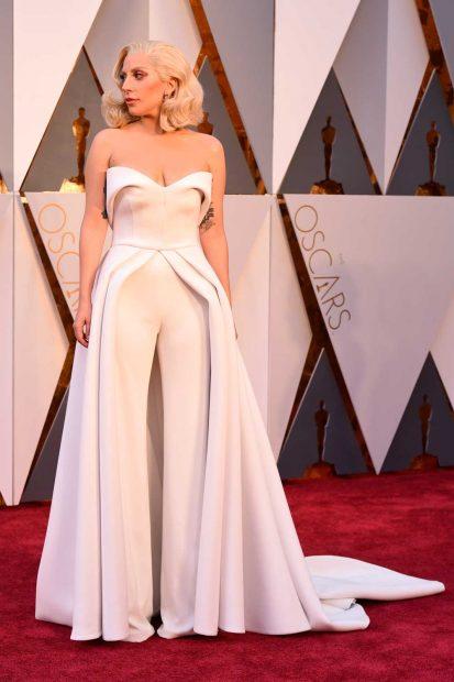 Годината е 2016, а Лейди Гага ни изненада с елегантен гащеризон дело на Brandon Maxwell.