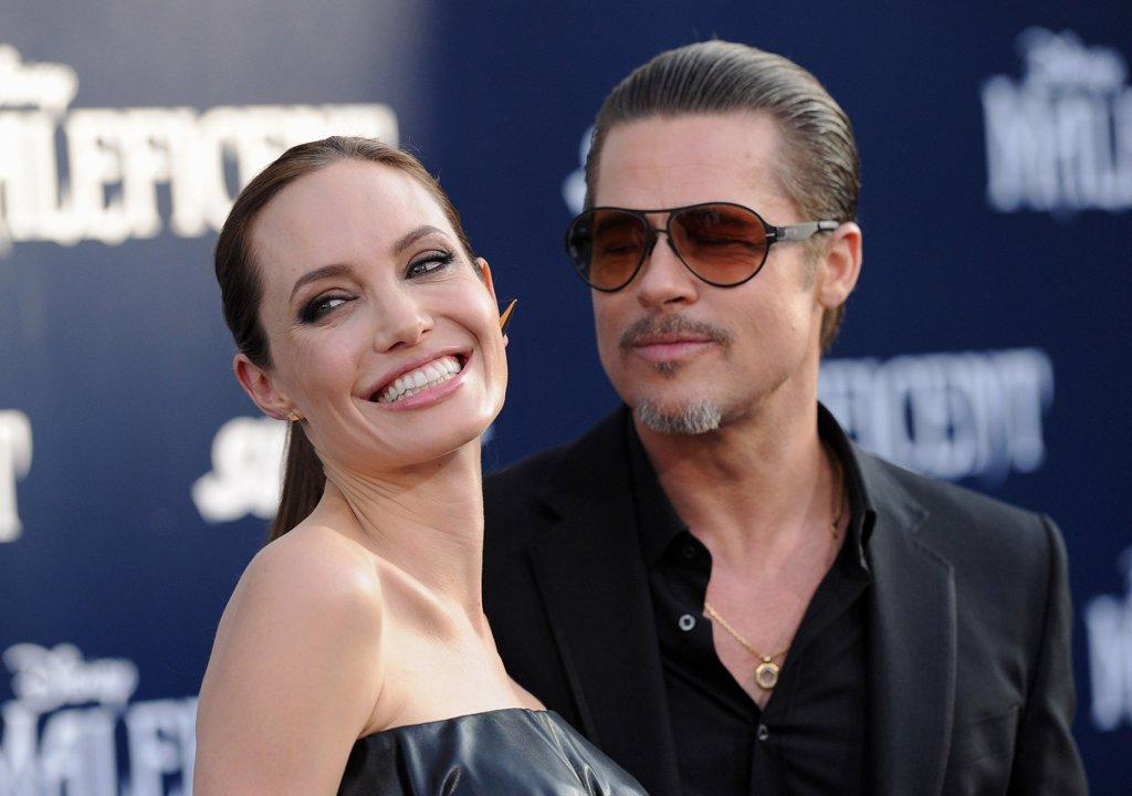 Анджелина Джоли и Брад Пит Любимците на Холивуд шокираща всички със скандалната си раздяла през септември. Първоначално около развода на Джоли и Пит имаше куп неизвестни, но после започна да излиза каква ли не информация за екс двойката - било то за домашно насилие, наркотици, изневери и какви ли още не производни. Ние отказваме да повярваме, че отношенията на Анджи и Брад са били чак толкова ужасяващи и двамата години наред са криели разпадащия им се брак. Джоли и Пит узакониха любовта си на 23 август 2014 на очарователна церемония в тесен кръг във френското им имение. Булката носеше рокля изрисувана от шестте им деца.