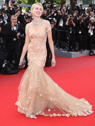 Наоми Уотс облече нежна рокля Marchesa - цвят праскова