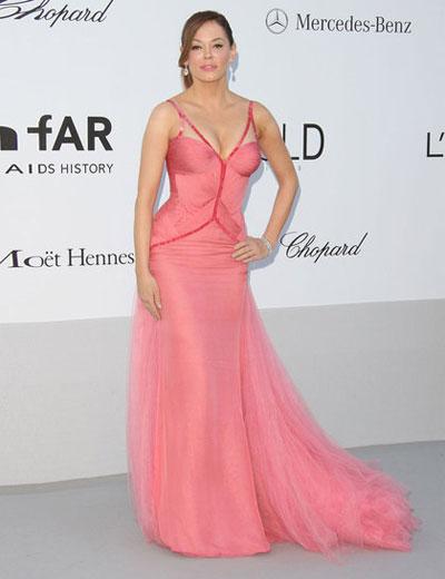 Роузи Макгоун избра Versace за премиерата на филма-победител