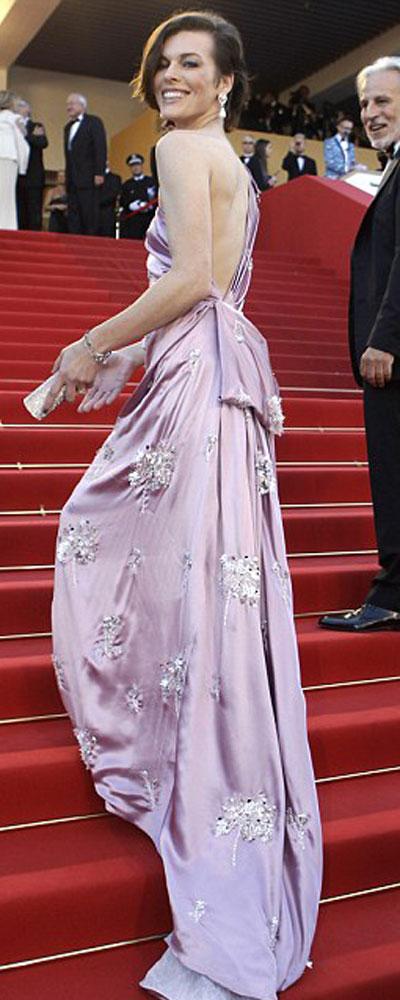 Мила Йовович пристъпи към червения килим повече от блестяща в рокля Prada