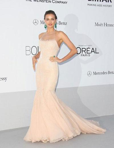 Ирина Шейх носеше розова рокля Roberto Cavalli в приятно съчетание с ярко зелени бижута