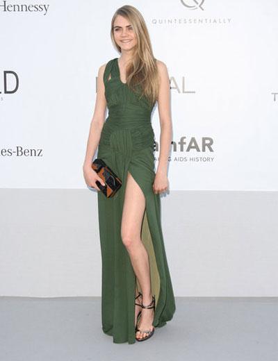 Очарователния модел Кара Делевин омагьоса всички с горско зелената си рокля Burberry