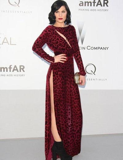 Джеси Джей може би не е искала да имитира Анджелна Джоли, но постигна същия ефект с рокля от колекцията на Louise Heal