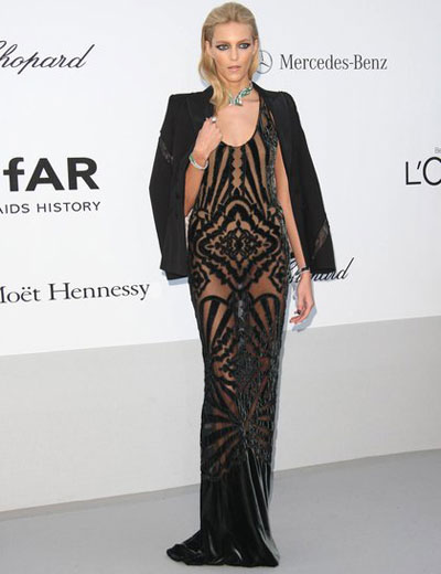 Аня Рубик пък заожи на дълга кадифена рокля, върху която небрежно беше наметнала блейзър, а за акцент беше избрала ефектно колие от Chopard