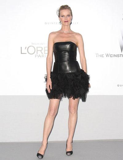 Хм... чудим се какво ли е накарало красивата Ева Херцигова да облече това. Завиждаме й за краката, но за роклята - твърдо НЕ!