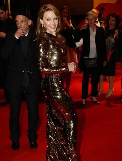 Кайли Моноуг заложи на прекрасна дълга рокля Dolce & Gabbana