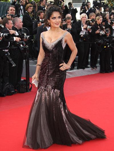Салма Хайек в черна рокля с блестящи мотиви, отново творение на Dolce & Gabbana