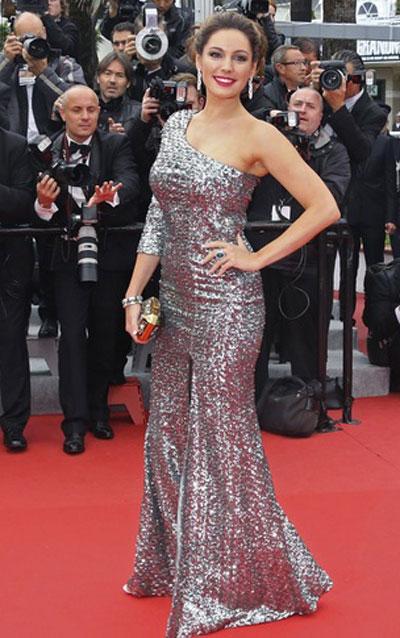 Кели Брук е неотразима в дълга сребриста рокля на Project D