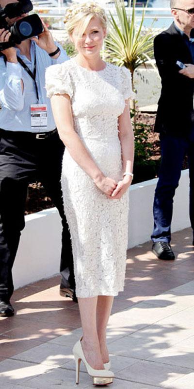Кристен Дънст в чисто бяла рокля Dolce & Gabbana
