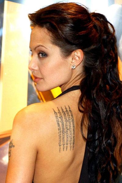 Анджелина Джоли е притежателка на уникални татуировки, но може би най-емблематичната от тях ебудистко заклинание, написано на езика кхмер, говорен в Камбоджа, което тя има на гърба си.