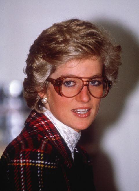 Очилата стават актуални Доколкото знаем, принцеса Даяна нямала нужда от очила с диоптър. Но това не й пречело да ги носи със стил и да им придаде модерна визия.