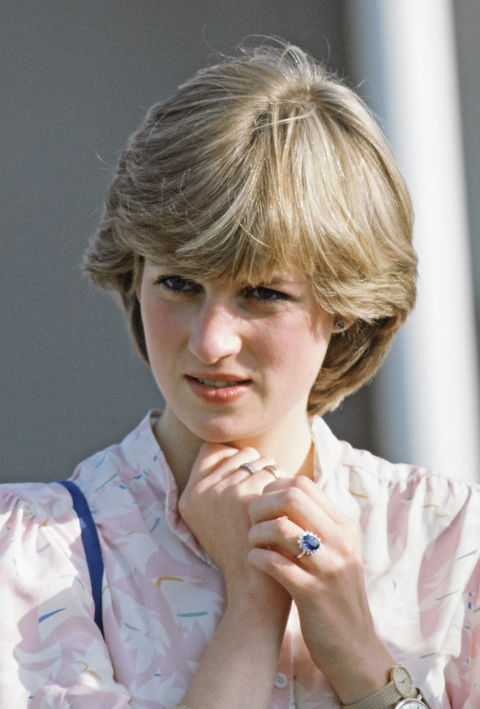 Два часовника на една ръка  Преди официално да стане принцеса на Уелс, стилът на Даяна бил толкова екстравагантен според кралския етикет, колкото станал елегантен след като се омъжила за принц Чарлз. Историята зад този момент с двата часовника на лявата китка е всъщност доста романтична. Лейди Ди предложила да носи часовника на Чарлз, докато играел поло мач и го сложила редом до нейния златен, личен подарък от принца.