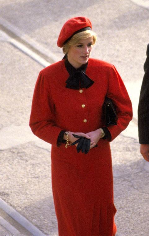 """Гривна с инициали Сантименталността на Даяна често се сливала с любовта й към модата... особено, когато ставало въпрос за бижута. Виждана е да носи златна гривна с инициали """"H"""" и """"W"""" за Harry и William, както и """"X"""", което се предполага, че е за 10-та годишнина от брака й с Чарлз."""