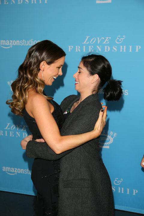 Кейт Бекинсейл и Сара Силвърман Кейт имаше 8-годишна връзка с Майкъл Шийн, от когото има и дъщеря, но това не й пречи да се кефи страшно много на новата му половинка - актрисата Сара Силвърман, която Бекинсейл обожава.