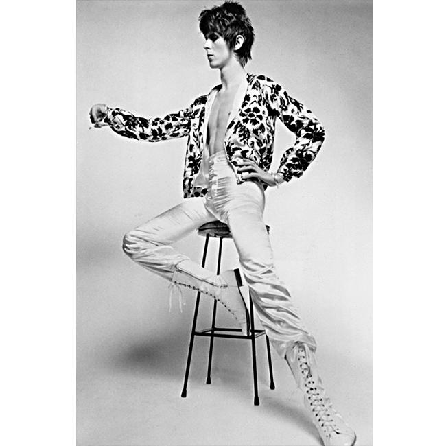 """8 юри 1972 г.  """"На сцената съм емоционален. Сляза ли от нея - съм робот. Може би това е причината да обичам да сглобявам по този начин облеклото си """" - Бауи на промо сесия за третия си албум The Man Who Sold The World."""