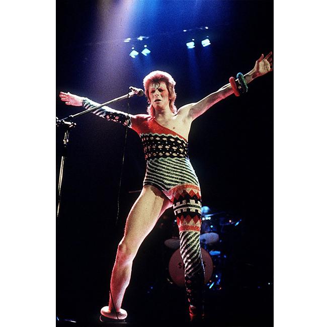 1973 г.  Периодът на Зиги Стардъст е пълен с фешън моменти. След ризата с разголено деколте и огнената коса, асиметричното трико е другият най-обсъждания и интерпретиран елемент в модата.