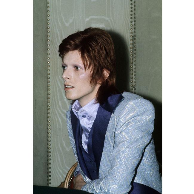 1973 г.  Снимката е направена в Париж, когато Дейвид явно не е намерил време да изрисува веждите си. Той ги обръсва, когато групата Seventies glam-rock отхвърлят песента, която е написал за тях.