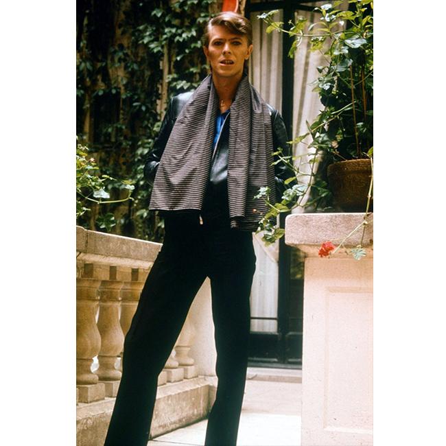 1977 г.  Носещ разкроен панталон с висока талия, раиран шал и кожено яке. По това време се говори, че Бауи има по-тънка талия от тази на жените.