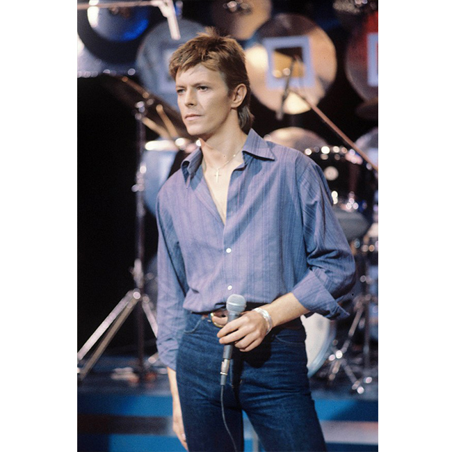 1977 г.  С вмъкната в денима риза и без грим Бауи се появява в прочуто телевиозионно шоу, като по това време упорито се говори за пристрастеността му към наркотиците.