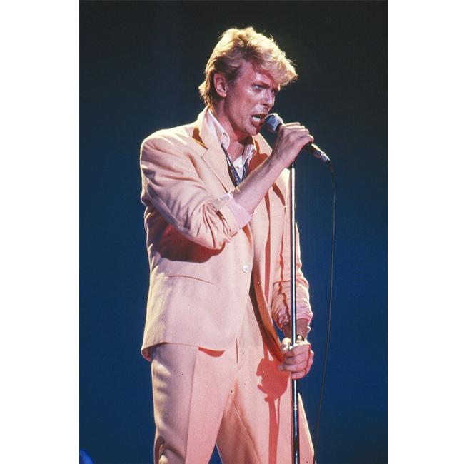 Май 1983 г.  Отново в костюм, пак в светлата гама от 60-те, по време на свой концерт.