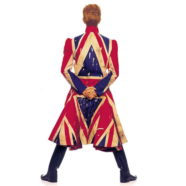 1997 г.  Обложката на албума Earthling. Палтото е творение на Александър Маккуин по идеите на Дейвид, а мотивът става емблема на творчеството на Маккуин.