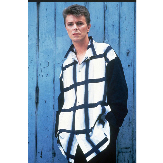 12 декември 1984 г.  Снимка от видеото Jazzin For Blue Jean. Бауи носи овърсайз риза.