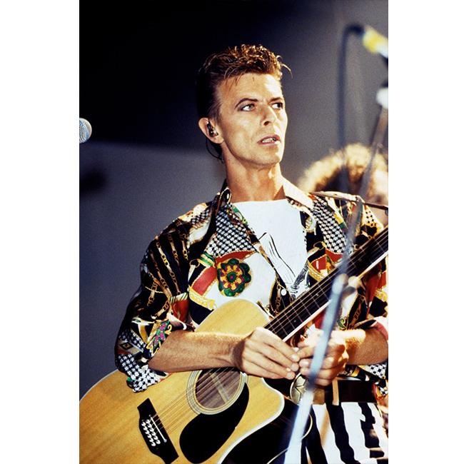 Януари 1991 г.  Неотразим на сцената с шарено копринено сако.