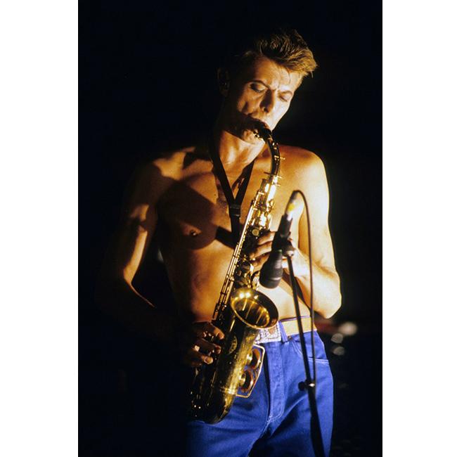 11 ноември 1991 г.  Дейвид свирещ на саксофон с тогавашната си банда Tin Machine. Когато Бауи се завръща към соло кариерата си, групата издава два албума, след коуто се разпада.