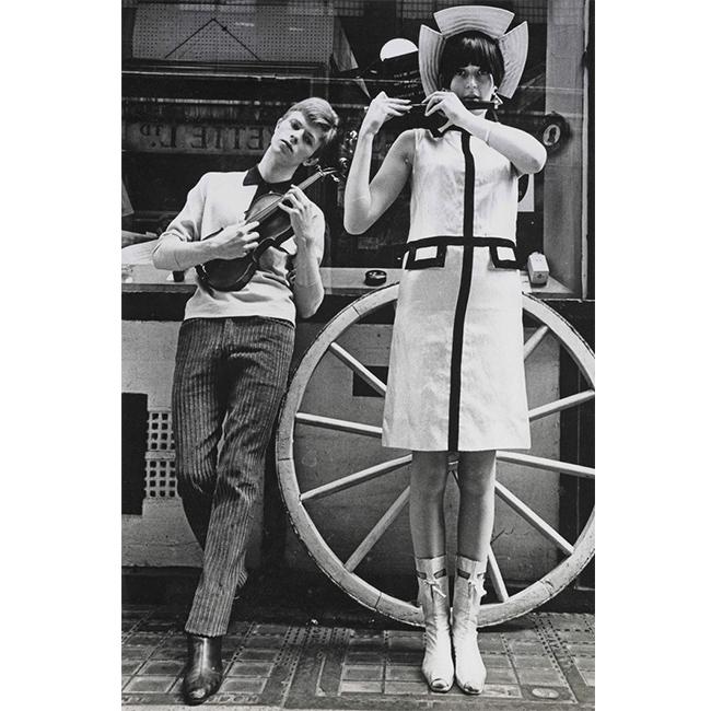 1963-та  Връщаме ви там, където се появяват забележителни модни тенденции. Визията на Бауи за Boyfriend magazine създава тренда напанталоните с ръб.