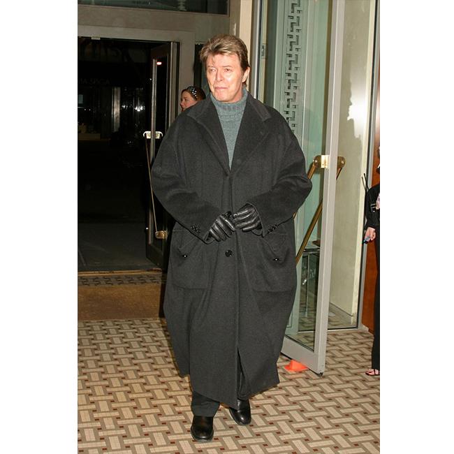 19 януари 2006 г.  Бауи носи по най-елегантния начин дълго палто над панталон и пуловер с поло яка за изложба на свой приятел фотограф.