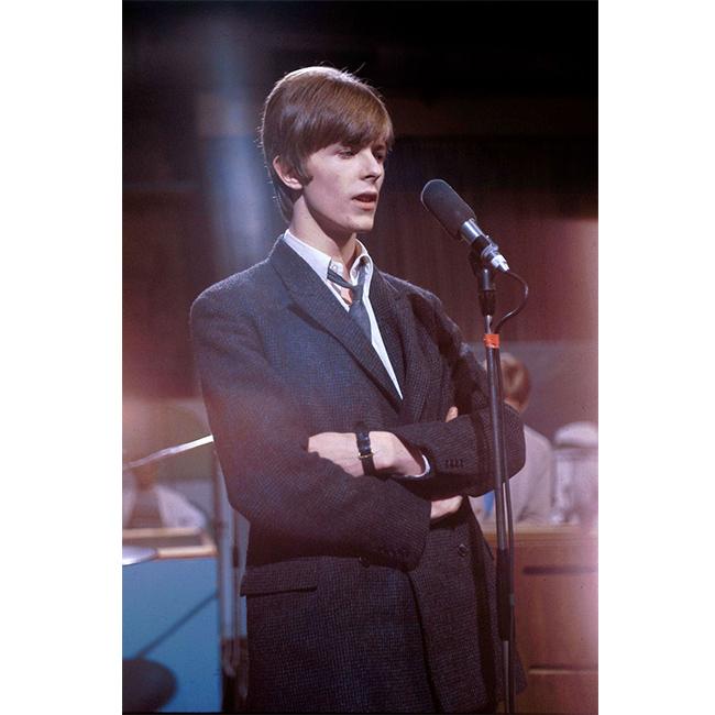 1 март 1966 г.  Още една любима визия на Дейвид, когато свири с тогавашната му банда - The Buzz - в Wembley Studios. Перфектен, но винаги с екстравагантна мисъл, дори когато слага вратовръзка.