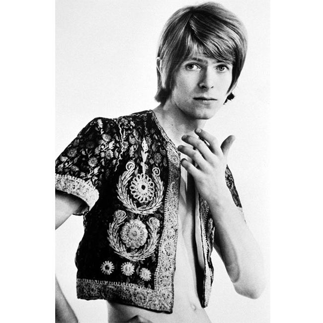 Ранна фотосесия през 60-те - носи само бродирана риза с къс ръкав и многозначителния си поглед. Бауи. Дейвид Бауи!