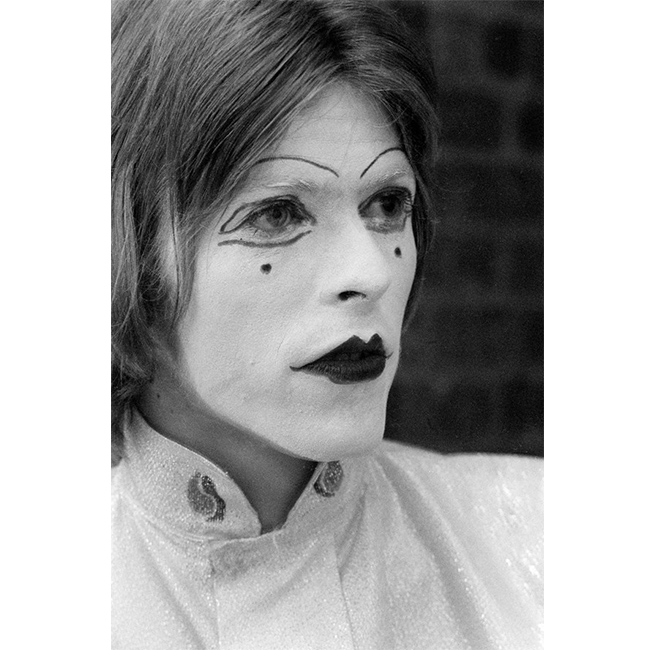 19 май 1968 г.  Oблечен и гримиран като мим за излизане в Middle Earth Club, Лондон. На сцената, в живота