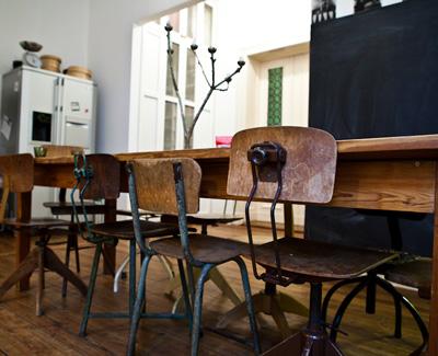 Старите ученически столове се намират на всеки битак, стига идеята да ги наредим около масата си за хранене ни допада. Боядисаме ли ги в различни ярки цветове, ще им вдъхнем нов живот. Макар че именно грубото дърво им придава характер.Oт Freunde von Freunden