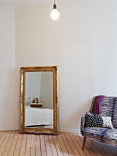 Малка стая? Няма проблем,стига да имаме голямо огледало, което да поставим на пода. Ако то е в старинна рамка, нямаме нужда от друга декорация, за да придадем характер на пространството.От stadshem
