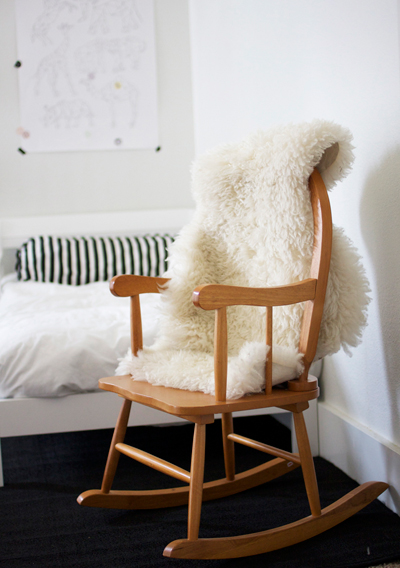 Хубавата книга, филмът или просто чашата кафе сутрин могат да бъдат превърнати във всекидневен ритуал върху този романтичен люлеещ се стол. amerrymishapblog.com