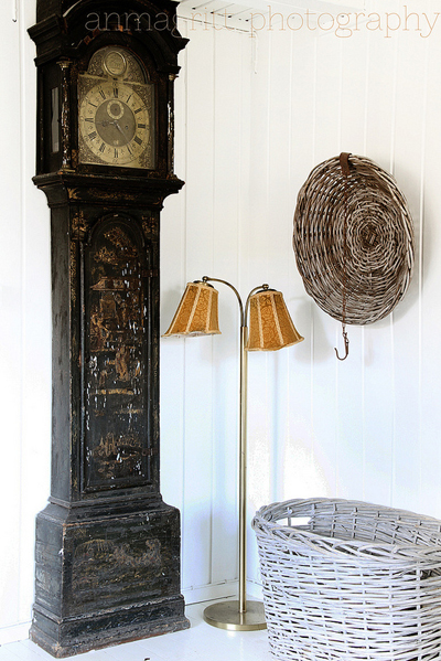 Остаряването е очарователен процес при скъпи и ценни вещи. Уникалното присъствие на този стенен часовник от времето на прабаба, дори е станал още по-красив с времето. anmagritt.no