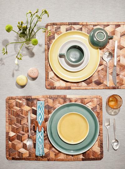 Сутрешно неделно парти със закуската! Идеята да използваме цветни чинии и красива украса на масата определено ще доведе до преяждане с бананова каша. decor8blog.com