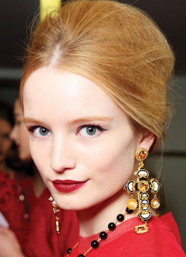 Dolce & Gabbana, fall 2013София Лорен и нейната хубост се идентифицират първи с тези повдигнати коси, очи, докоснати с черно и фиксирани в цвят устни.